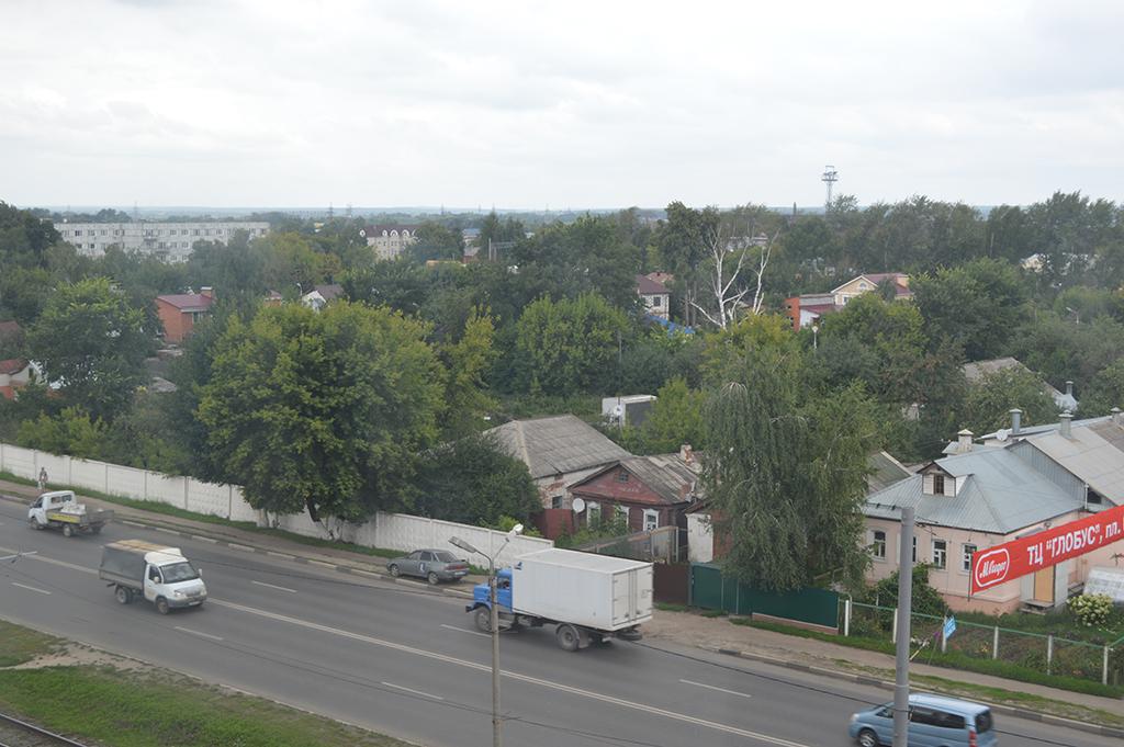 Отгороженный бетонным забором частный сектор в центре Коломны