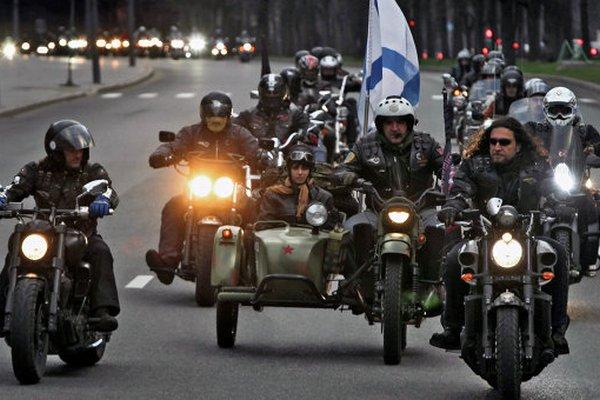 """""""Ночные волки"""" в Калининграде проводят мотокрёстный ход со священниками на задних сиденьях"""